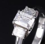 Charles Greig. Diamantring aus Platin mit drei Diamanten im Smaragdschliff, zus. ca. 1.20 ct.