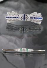 Art Deco, 2 brocher af hvidguld med diamanter, safir og smaragd