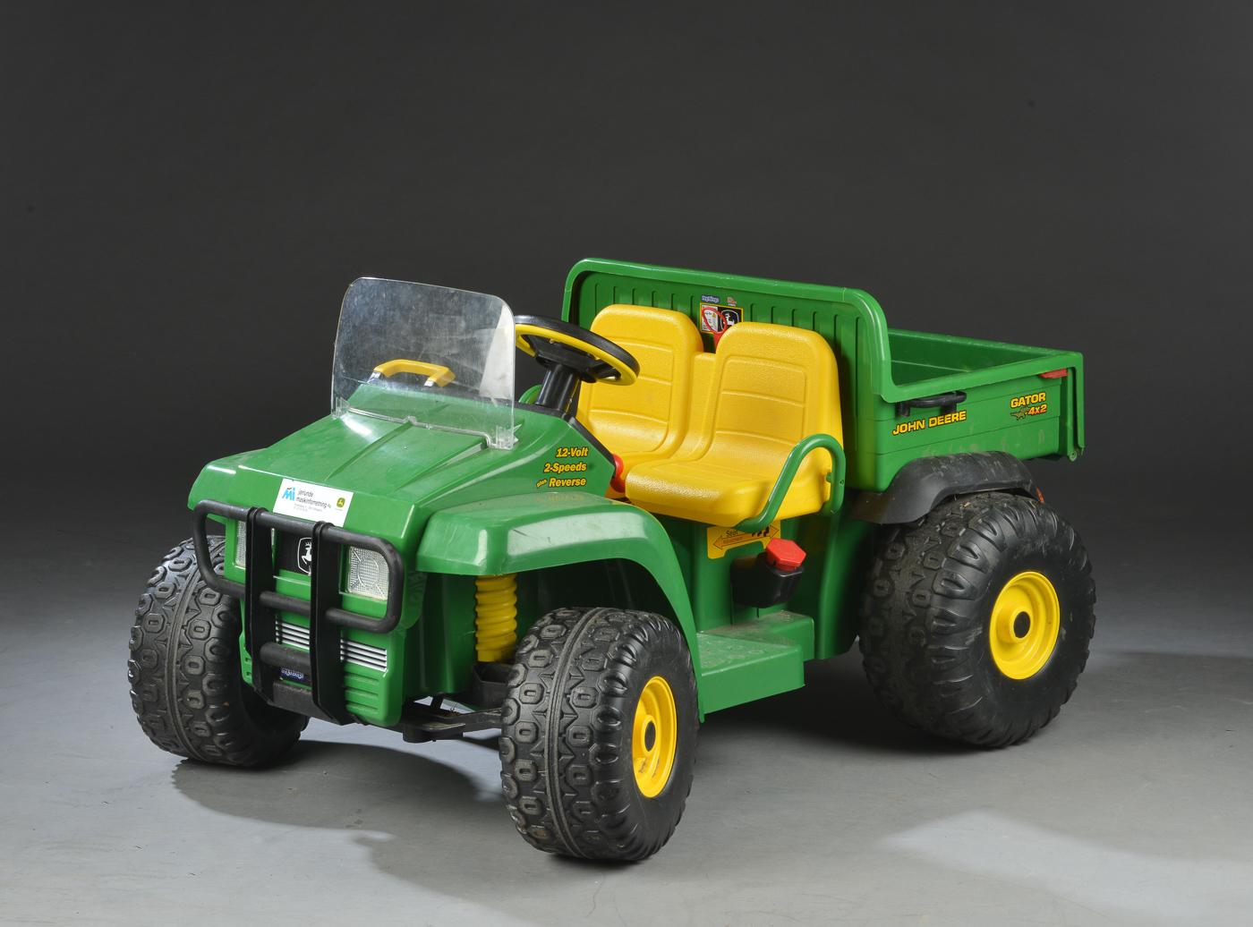 John Deere Gator 4x2 12V, elbil for børn - John Deere Gator HPX 12V, elbil for børn, L. 130 cm., oplader medfølger. Med brugsspor. Lauritz.com indestår ikke for funktionaliteten