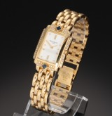 Patek Philippe. Sjælden dameur i 18 kt. guld prydet med brillanter og safirer, certifikat fra 2000