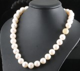 Fresh water pearl necklace in gold<br>