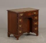 Skrivebord af mahogni i engelsk stil, midten af 1900-tallet.