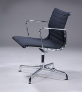 Charles Eames. Armstol, model EA 108, sort hopsak