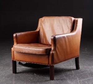 Lænestol, læder og bejdset træ. Dansk møbelproducent