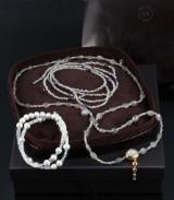 Ole Lynggaard. 'Emeli' lås af 18 kt. guld med månesten med nøglevedhæng og 3 kæder. (5)