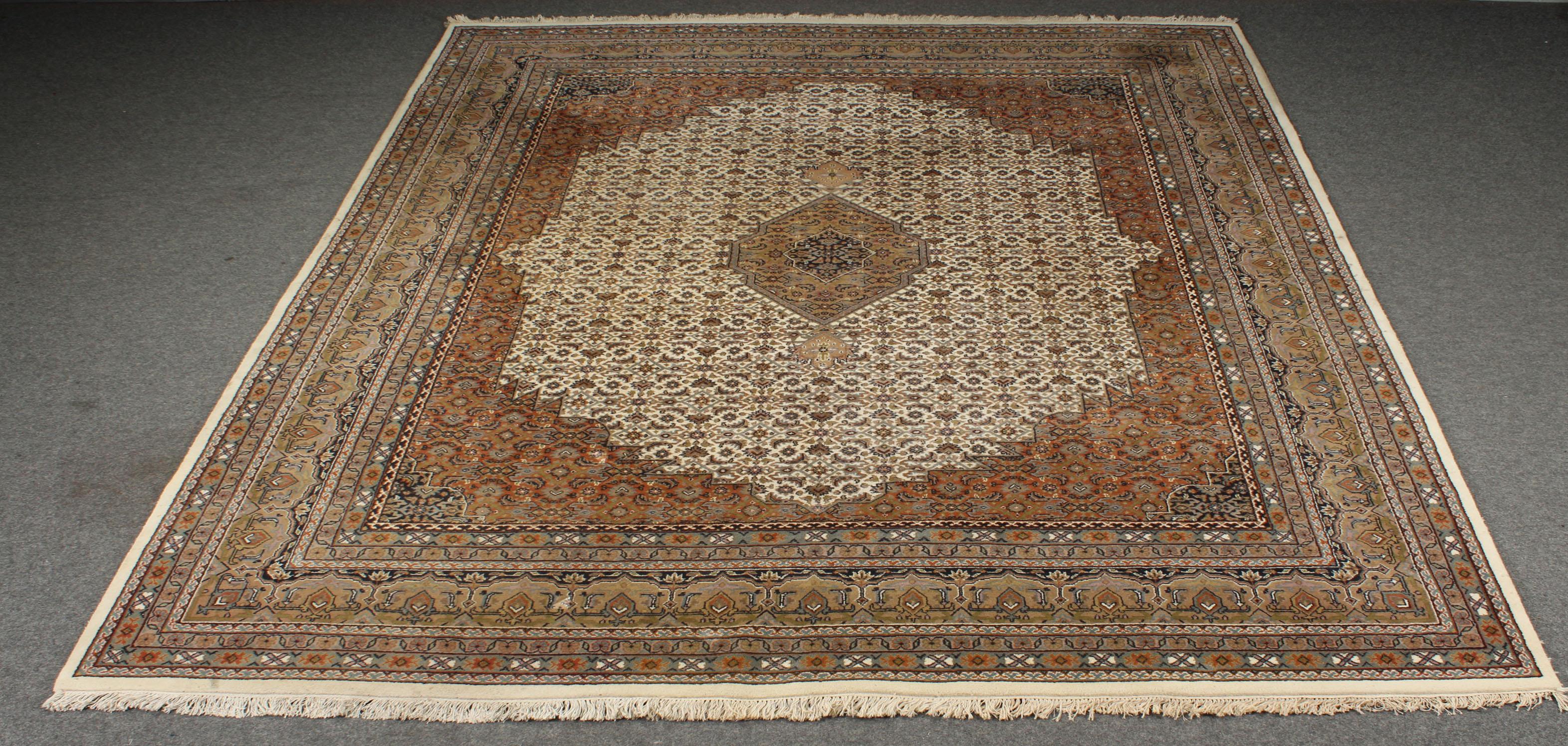 Indo Bidjar tæppe, 295 x 395 cm - Indo Bidjar tæppe, 295 x 395 cm. Håndknyttet tæppe af 100% uld på grundvæv af bomuld. Fremstår med lettere brugsspor