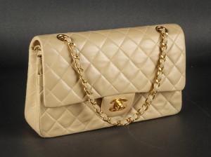 93538a74dbfa8c Click here to see a larger picture · Chanel. Vintage skuldertaske. Model  Classic flap, medium. Beige lammeskind.