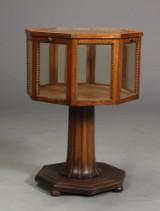 Ottekantet montre af glas og egetræ