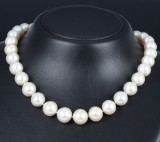 South Sea cultured pearl necklace with diamond ball clasp, pearl Ø approx. 12.28 -14.43 mm