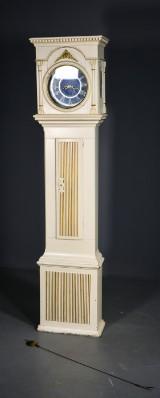 Standur i hvidmalet kasse, klassicistisk form, 1700-tallets slutning