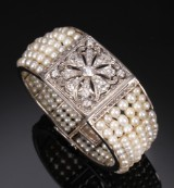 Art Deco bangle, platinum with natural pearls and diamonds, presumably France, 1930s