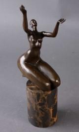 Abstrakt figur af patineret bronce