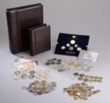 Samling mønter, medaljer og pengesedler
