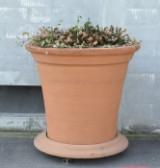 Stor blomsterkrukke af lertøj med underskål i form af urtepotteskjuler. H. 125 cm.