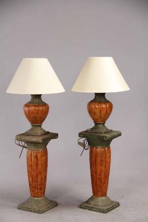 Par søjler med tilhørende bordlamper (4) - Dk, Herning, Engdahlsvej - Par søjler med tilhørende bordlamper af keramik. Højde - søjler: 64-65 cm. Højde - bordlamper: 55 cm.. Skærme medfølger. Mindre afslag, skærme med brugsspor.. (4) - Dk, Herning, Engdahlsvej