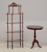 Etagere og rundt lampebord af mahogni, 1900-tallet (2)