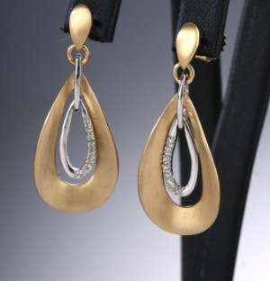 Kranz & Ziegler. Et par ørehængere af 14 kt. tofarvet guld med brillanter (2) - Dk, Vejle, Dandyvej - Kranz & Ziegler. Et par ørehængere af 14 kt. tofarvet guld, prydet med brillantslebne diamanter på ialt: 0.06 ct. Farve: Wesselton (H), Klarhed: PI. L. 34 mm. (2)Vejl.udsalgspris: 5.800,- DKK - Dk, Vejle, Dandyvej