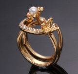 Cenius & Bach. Diamond rings, 18 kt. gold with butterfly and pearl (2)