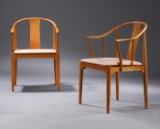 Hans J. Wegner. 'The Chinese Chair', a pair of lounge chairs in light cherry, cushion in vegetable leather (2)