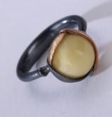 Ole Lynggaard. 'Lotus' ring af oxideret sterlingsølv med detaljer af guld