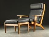 Hans J. Wegner. Lænestol med skammel, nybetrukket med sort læder (2)