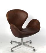 Arne Jacobsen. fåtölj 'Svanen 3320', vipp, hjultrissor