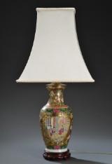 En kinesisk bordlampe af porcelæn dekoreret i farver, 1900-tallet
