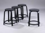 Alvar Aalto. Sæt på fire barstole / taburetter af formbøjet, sortlakeret birketræ. (4)