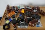 Samling äldre kameror och tillbehör