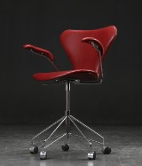 Arne Jacobsen. Office chair with armrests, model 3217, Indian Red - Elegance leather