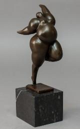 Figur af patineret bronze.
