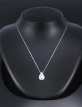 A classic pear-shaped diamond pendant, 18 kt. white gold, total approx. 1.92 ct