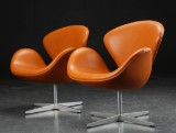 Arne Jacobsen. A pair of Swan chairs, cognac leather (2)