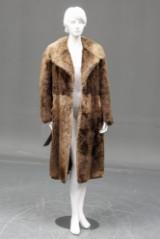 Pelsfrakke af bisam med bindebånd