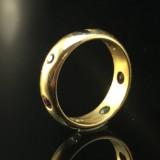 Ring besetzt mit Edelsteinen