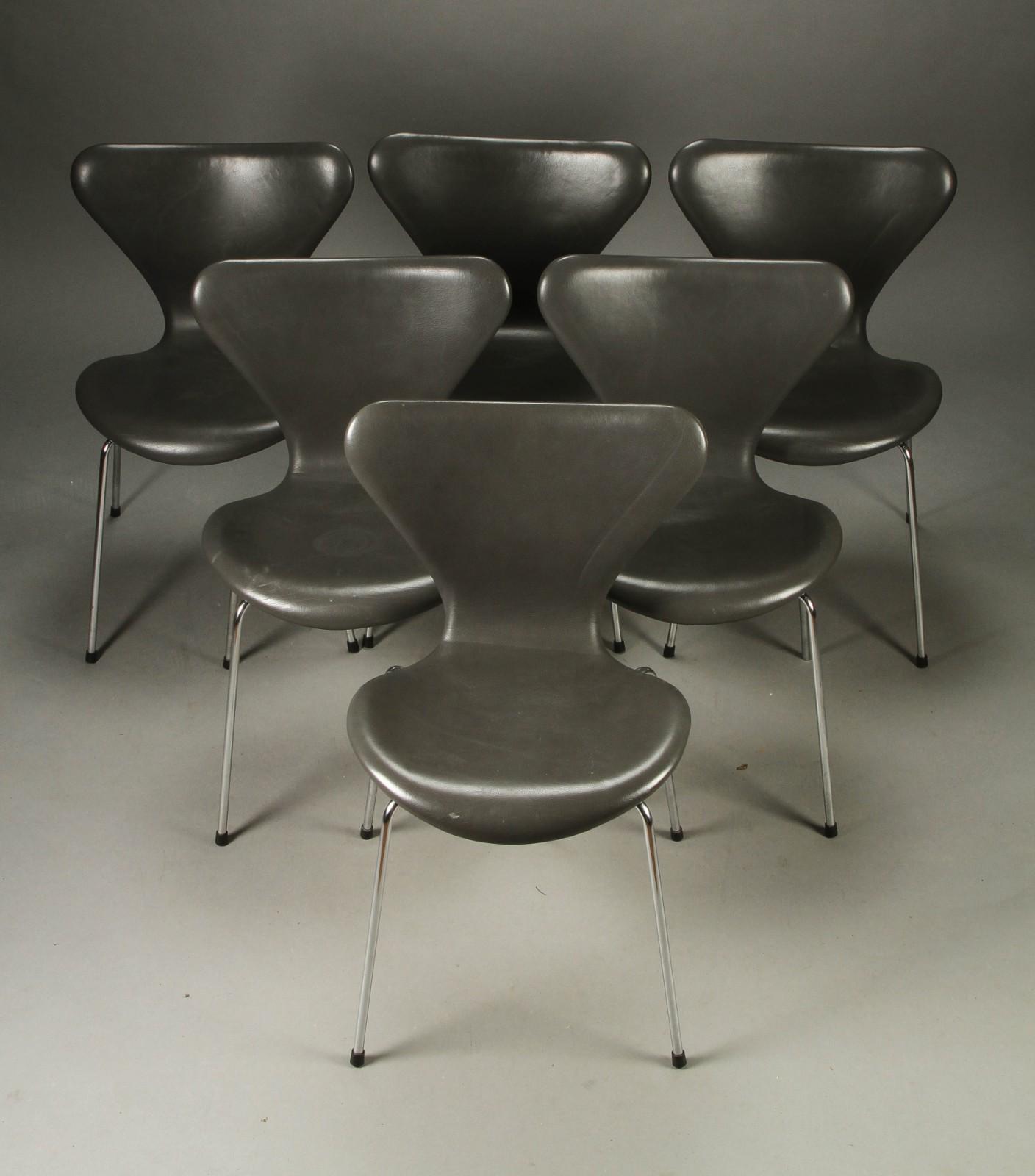 Arne Jacobsen. Sæt på seks stole, model 3107, grå læder (6