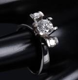 Ole Lynggaard. Ring af 14 kt. hvidguld prydet med en brillantsleben centerdiamant på 0.98 ct.