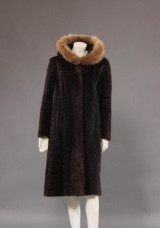 Frakke af sort/brun sælskind str. Ca. 38