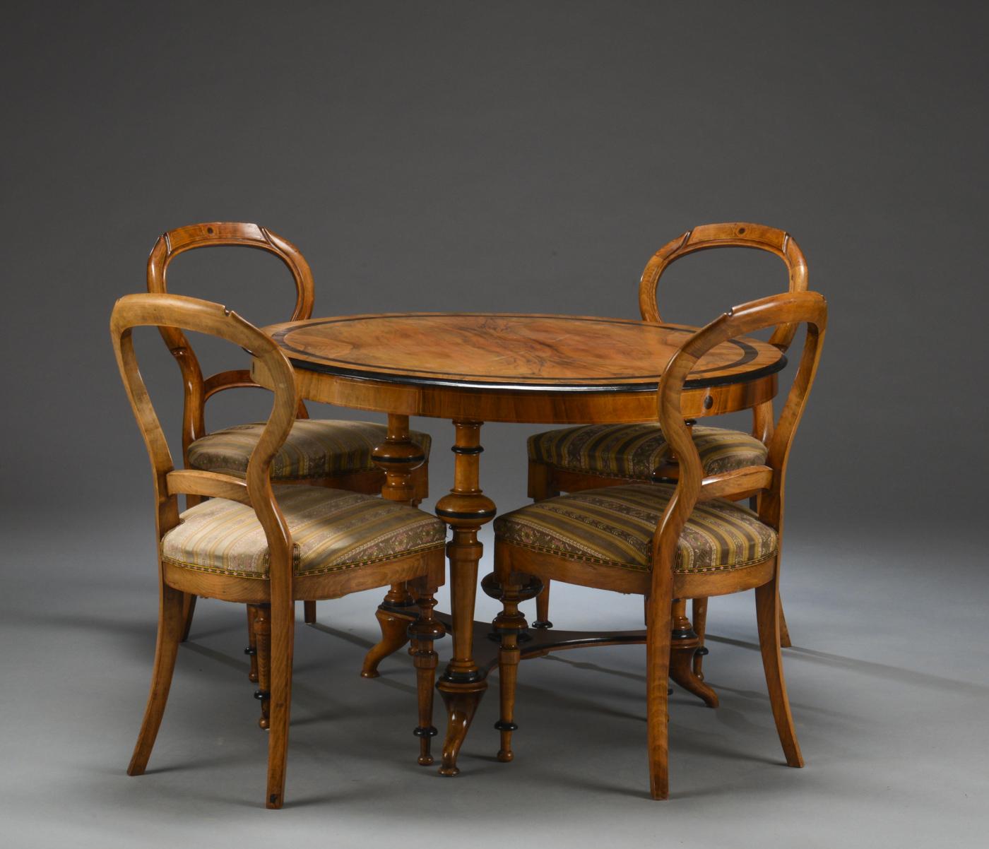 Salonstue, 1800-tallet - Salonstue af nøddetræ/mahogni., Rundt salonbord af nøddetræ/mahogni, stående på drejede trepasfod. 1800-tallet. H. 71 Ø 100 cm. Fire salonstole af fineret nøddetræ, betrukket med møbelstof. H. 87 Sh. 44 cm. Brugsspor, en sko på bord...