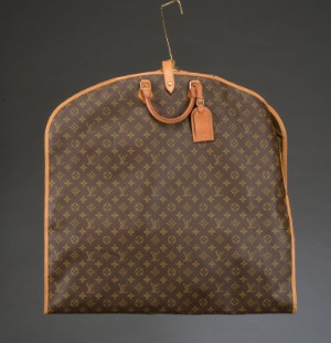 Louis Vuitton, Garment Bag, model Housse Porte Habits - Dk, Herlev, Dynamovej - Louis Vuitton, garment bag model Housse Porte Habits af monogram canvas, front med lynlås indvendigt med et rum samt to bøjler. L. 60/ 120 cm, B. 63 cm. Små brugsspor. - Dk, Herlev, Dynamovej