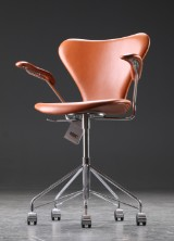 Arne Jacobsen. Office chair with armrests, model 3217, cognac-coloured leather