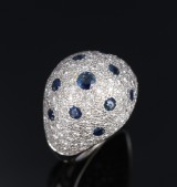 Sapphire and brilliant-cut cocktail ring in 18 kt. white gold, total approx. 2.50 ct
