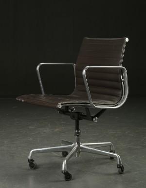 charles eames b rostuhl aus der serie aluminium group. Black Bedroom Furniture Sets. Home Design Ideas