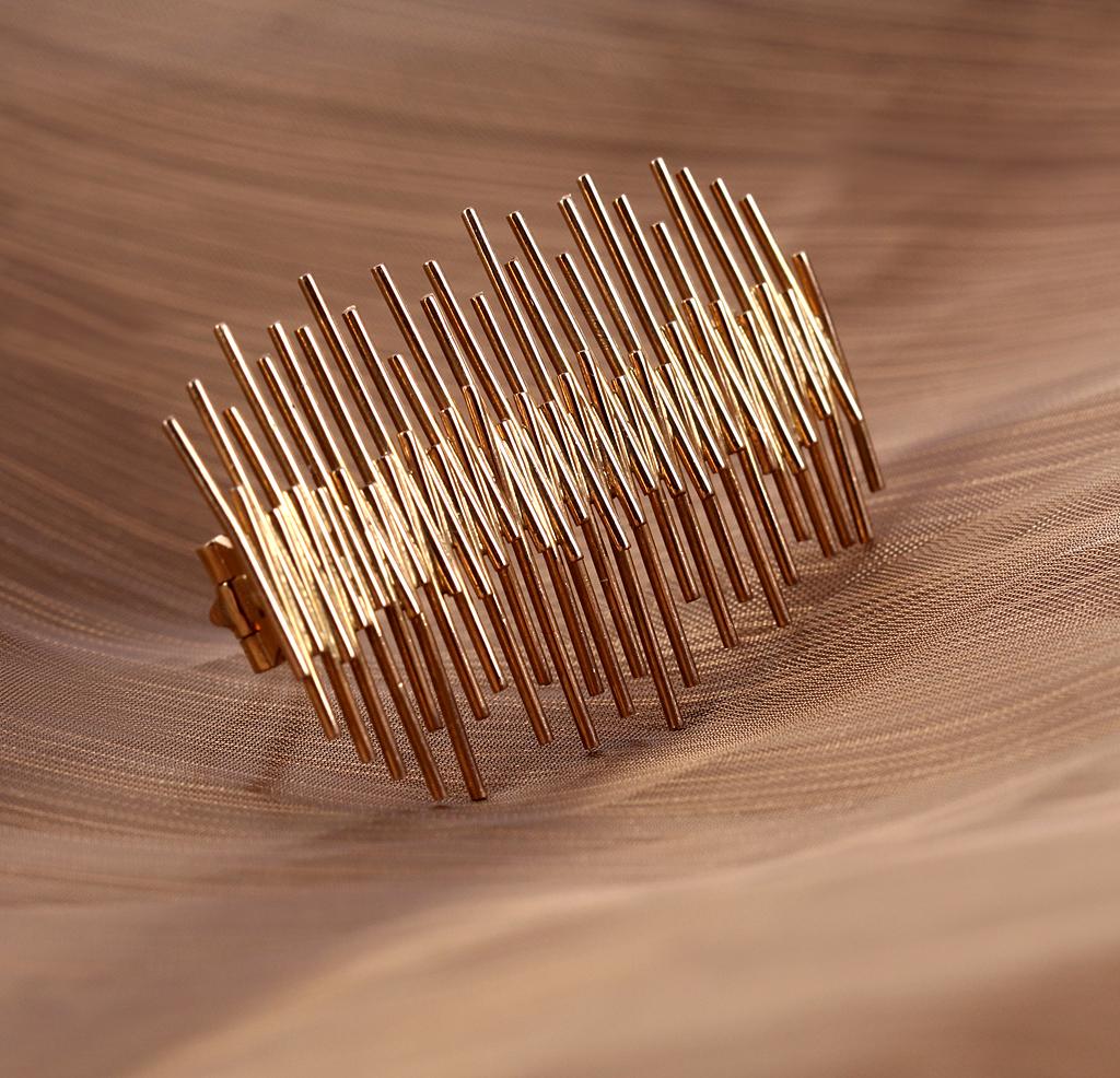 Eigil Jensen for A. Michelsen. Moderne broche af 18 kt guld, ca. 1960erne - Eigil Jensen for A. Michelsen. Moderne broche af 18 kt guld, organisk design, udført ca. 1960erne. L. 4,6 cm. Vægt: ca. 10 gr. Fremstår med lettere brugsspor