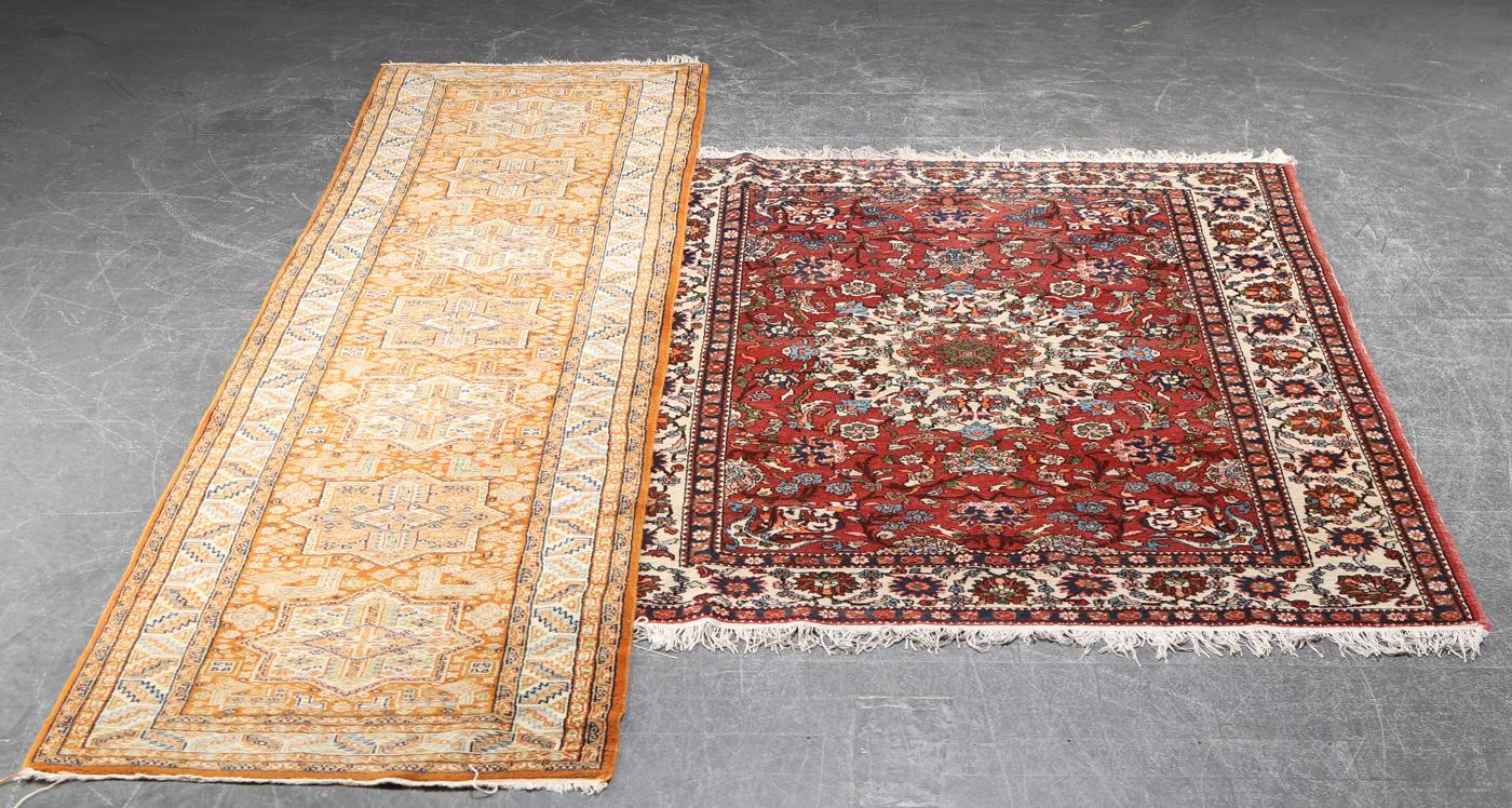 To tæpper, 206 x 142 og 312 x 78 cm - Persisk tæppe fra Isfahan distriktet. 206 x 142 cm samt Pakistansk løber, uld på bomuld. Fremstår med brugsspor. 312 x 78 cm