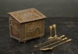 Brændespand, ildbukke og pejsesæt af messing, 1800-tallet