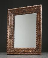 Stort spejl i forgyldt ramme af træ