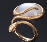 Ole Lynggaard. 'Snakes' ring, 18 kt. red gold with diamonds and moonstone