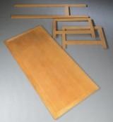 Skrivebord af egetræ, fremstår adskildt med manglende skruer.