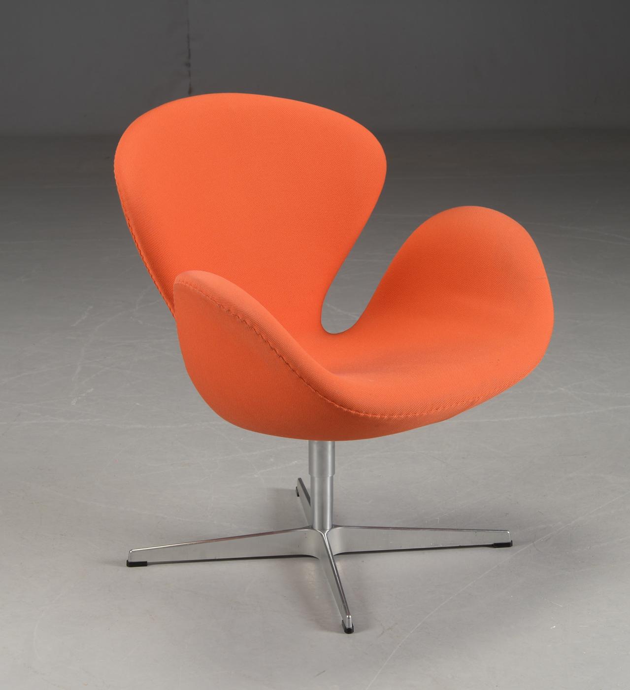 Arne Jacobsen. Model 3320. 'Svanen' lænestol |
